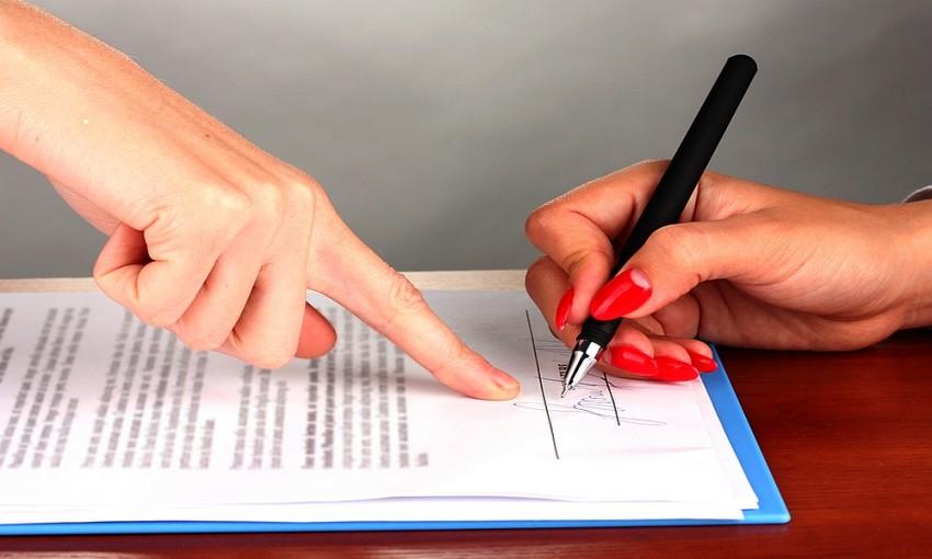 Trabalhar sem carteira assinada – como ficam meus direitos? Descubra como proceder caso a empresa se recuse a assinar a carteira e saiba a diferença entre funcionários efetivos e contratos de estágio